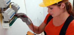 electrician_checking_current